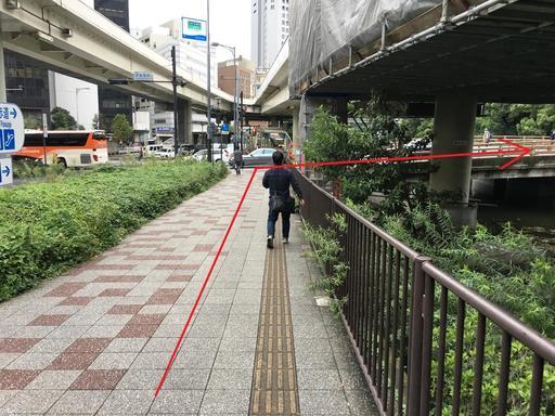 7番出口を出たら約30メートル進み、信号を渡らずに右に曲がる