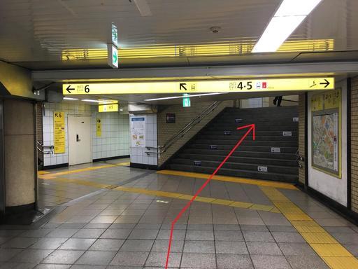 階段を上って5番出口に向かう